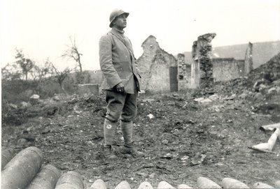 Marcel Alibert en octobre 1917 dans les ruines d'Ostel (Aisne)