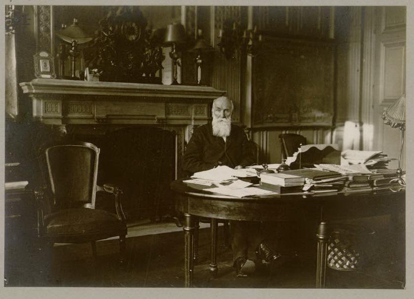 Le maire, le docteur Langlet dans son bureau de l'Hôtel de Ville - source : Gallica-BNF - cote BDIC_VAL_054_024