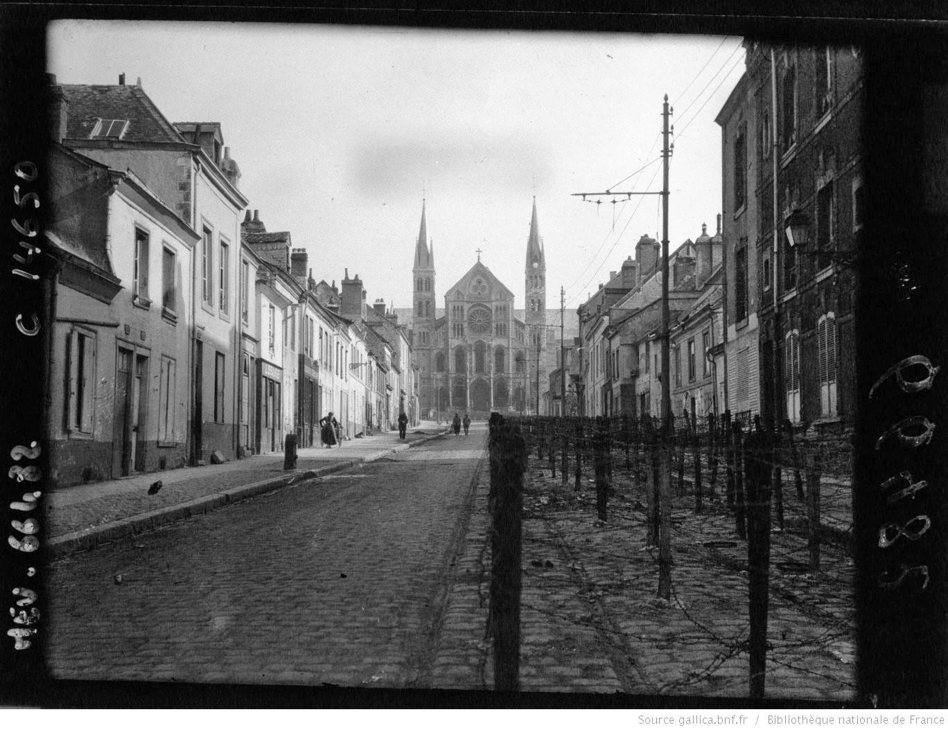 Reims, fils de fer barbelés devant l'église St-Rémi : [photographie de presse] / Agence Meurisse - Gallica-BNF